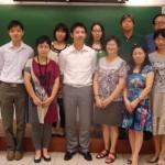 張本香老師與本校中文科組成員合照