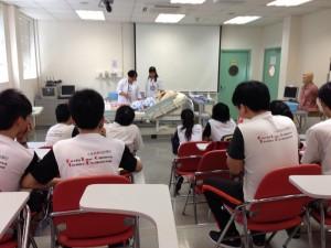 實務課老師示範如何清潔病患者