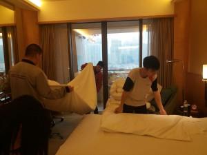 學生進行房間整理練習