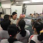 甘小姐向學生展示客房果盤包裝