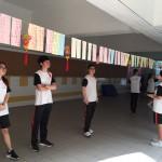中文老師與學生猜燈謎賀中秋