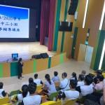 家長及學生細心聆聽講座內容